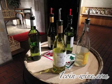 甲州市勝沼ぶどうの丘のワインセラー白ワインボトル