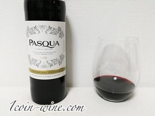 セブンイレブンのワイン パスクア モンテプルチャーノ・ダブルッツォのボトルとグラス